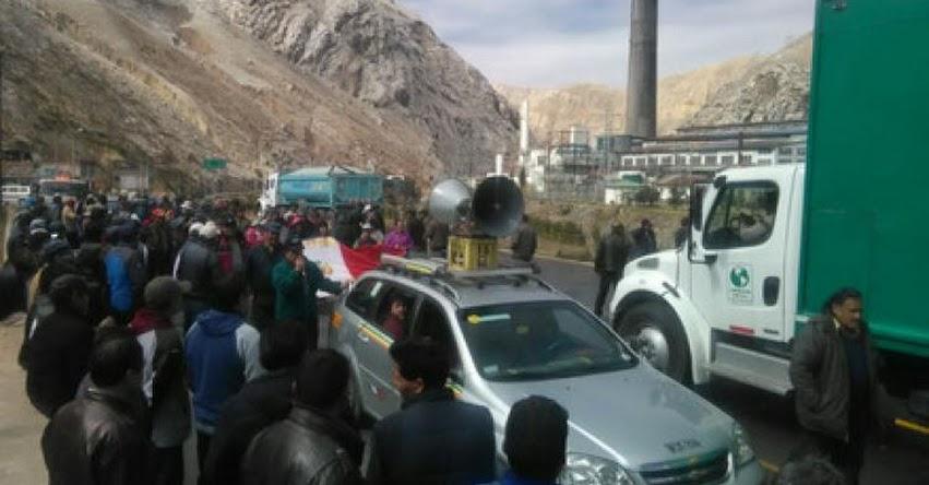 Profesores y trabajadores de Doe Run bloquean la Carretera Central en La Oroya - Junín