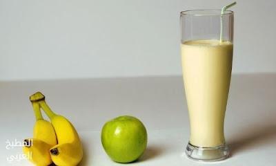 عصير التفاح بالموز بجانب تفاحة و موزة طريقة عمل عصير التفاح بالموز