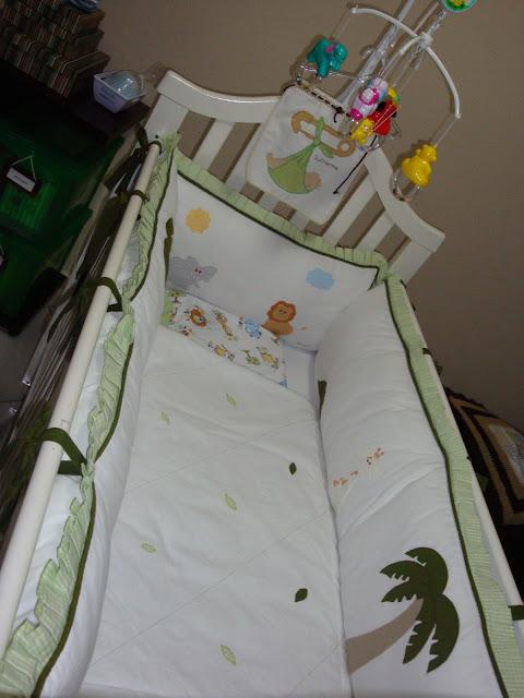 Berço de bebê com tema selva