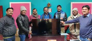 प्राथमिक विद्यालय ताहिरपुर के पुरातन छात्र प्रतिष्ठित होम्योपैथिक चिकित्सक ने  स्कूल को दिए स्मार्ट टीवी   | #NayaSaberaNetwork