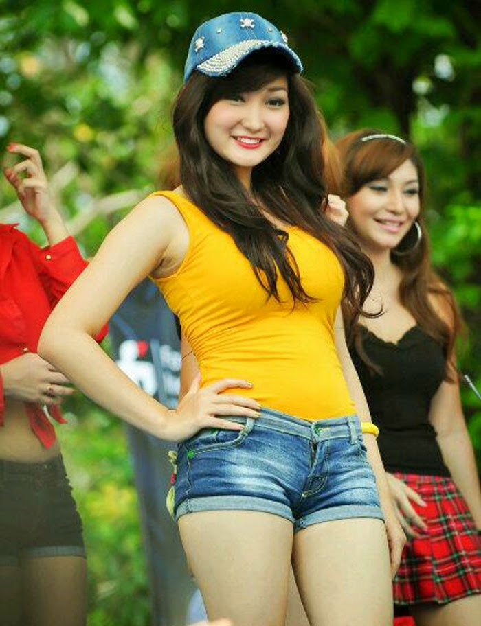 Foto Seksi Chant Felicia Dengan Kaos Kuning Ketat