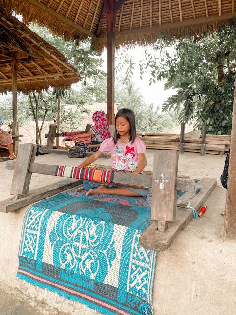 belajar-menenun-untuk-wanita-bagi-suku-sasak