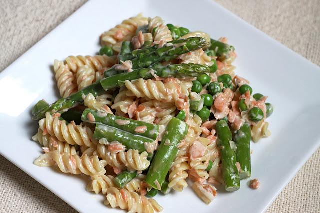 Makaron z wędzonym łososiem, groszkiem i szparagami, pomysł na szparagi, jak przygotować szparagi, makaron ze szparagami