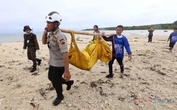 Jenazah korban tsunami saat dievakuasi.