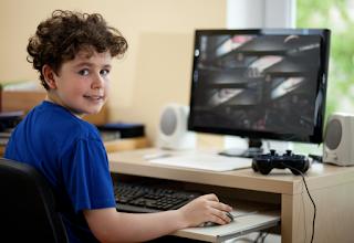 Trẻ em tiếp xúc nhiều với TV, máy tính sẽ ảnh hưởng đến năng học tập