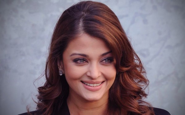 smiling aishwarya rai photos