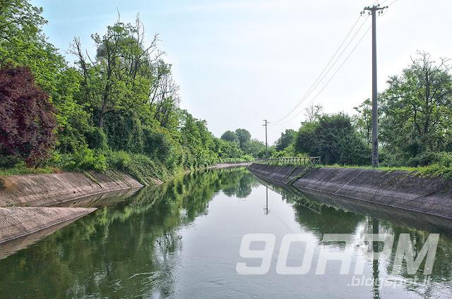 Il canale Villoresi nei pressi della stazione ferroviaria Garbagnate- Groane.