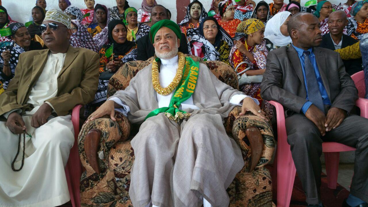 le costume d 39 ayatoulah ne lui suffit pas il faut lui tailler celui d 39 un empereur. Black Bedroom Furniture Sets. Home Design Ideas