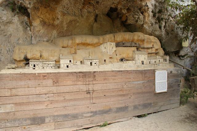 Rappresentazione in miniatura di come appariva il sito delle Grotte du Roc de Cazelle