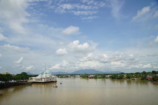 Sungai Sarawak di Siang hari tepat pukul 12 siang