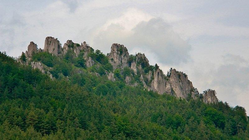 Widok na Sulowskie Skały z ruinami zamku [fot. Anna Balasa].