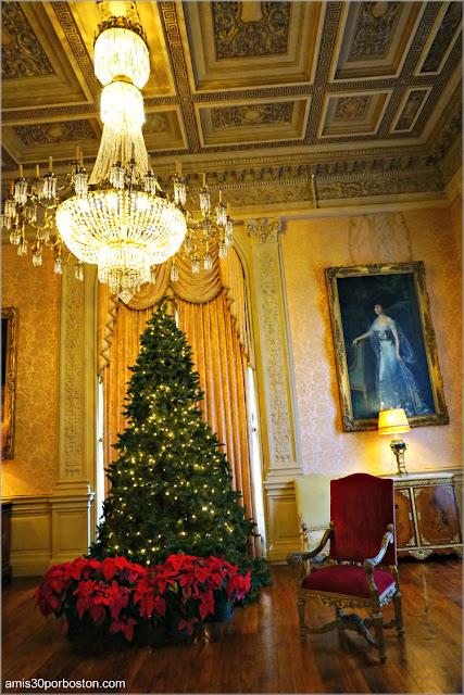 Árbol de Navidad y Pascueros en el Salón de la Mansión Rosecliff, Newport