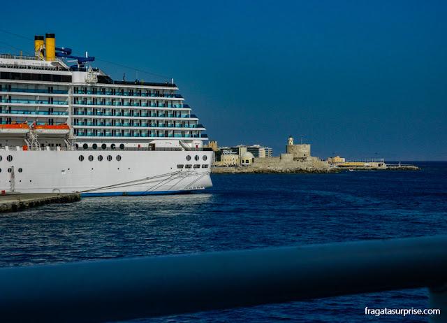 Navio de cruzeiro no Porto de Rodes - Grécia