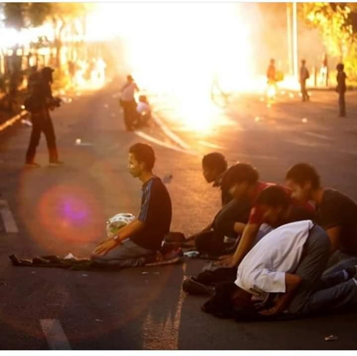 Bentrok Aparat dan Demonstran, Foto Ini Menyentuh Hati
