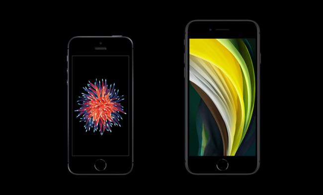 iPhone القديم على اليسار و SE الجديد على اليمين.