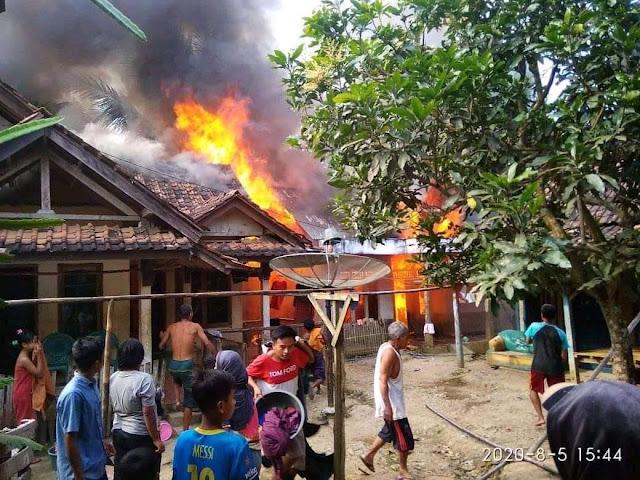Kebakaran yang terjadi di Kampung Cibingbin RT 001 RW 001, Desa Cibingbin, Kecamatan Cibaliung, Kabupaten Pandeglang, Rabu (05/08/2020).