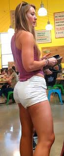 Mujeres hermosas cola grande usando poca ajustada ropa