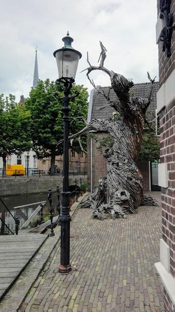 Boom gemaakt van plankjes voor museum Flehite in Amersfoort.