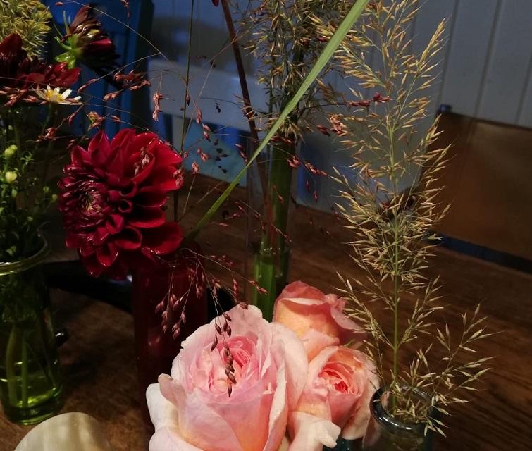 Rosen, Dahlien und Gräser