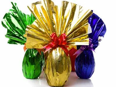 Uova di Pasqua di cioccolato con le loro confezioni colorate