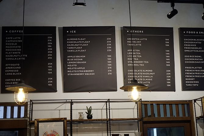 Daftar harga dan menu di kedai Erha Coffee and Literacy
