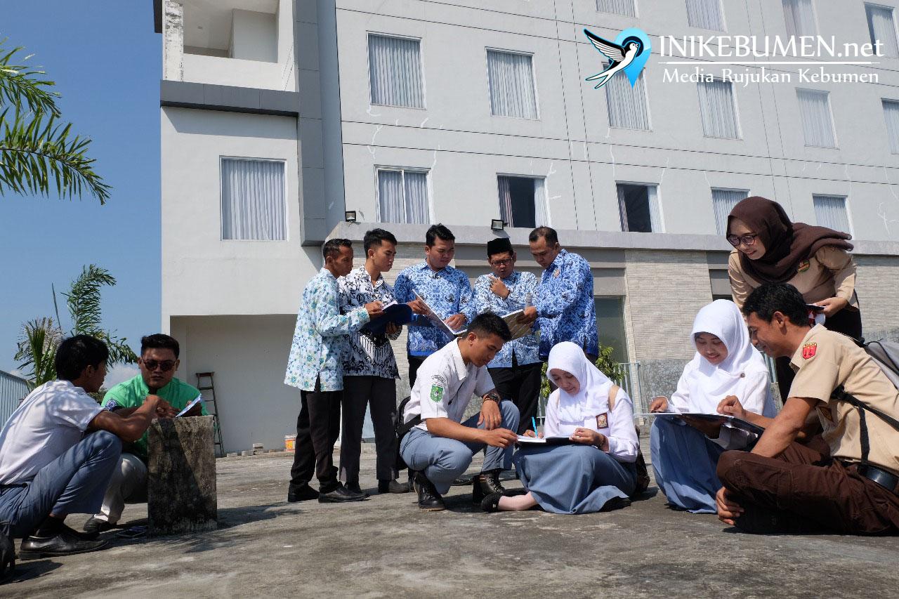 Peringati Hardiknas, Seluruh Karyawan Meotel Kebumen Pakai Seragam Sekolah