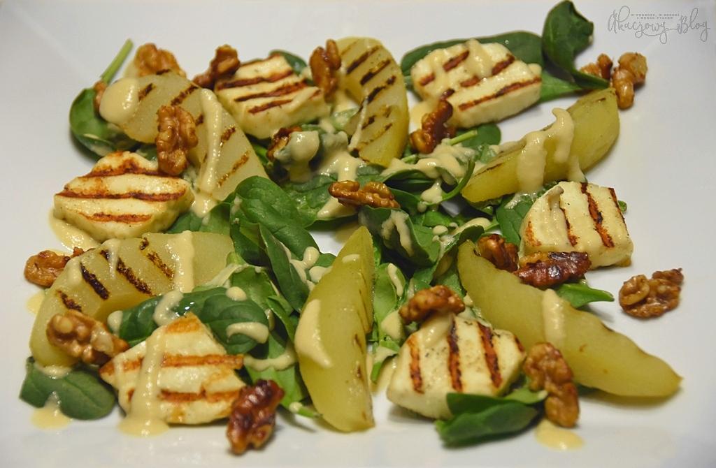 Sałatka ze szpinakiem, gruszką, serem halloumi, karmelizowanymi orzechami i gruszkowym winegretem.