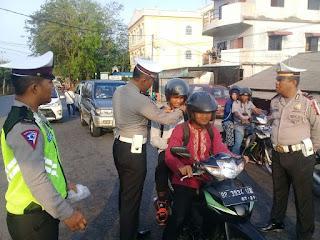 Sat Lantas Polres Tanjungpinang Berikan Helm SNI ke Pengendara Bukti Peduli Keselamatan