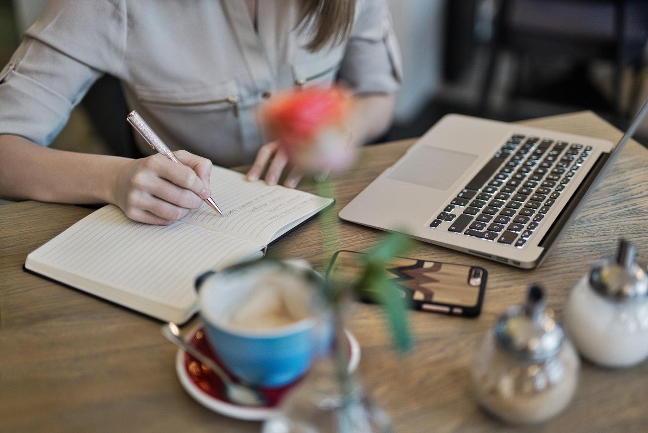 Menghasilkan Uang Dari Hobi Menulis