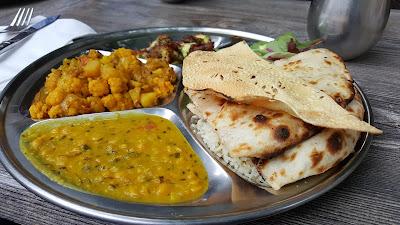 El thali es el plato típico de India, no te quedes sin probarlo.