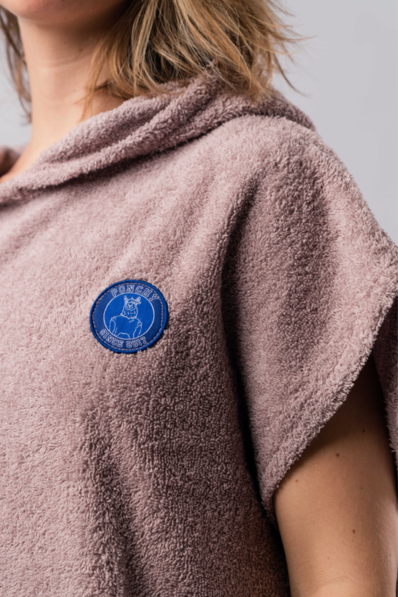 Opzoek naar de perfecte mix tussen een badjas en een handdoek? Kies voor de warme en comfortabele Ponchy. ideaal voor na het zwemmen, sauna bezoek, watersport en op het strand. Voor kinderen en Volwassen.