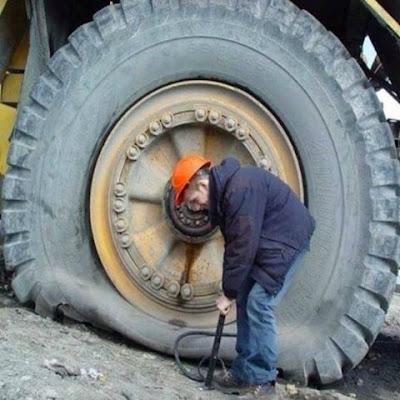 Regonfler un pneu de camion à la main