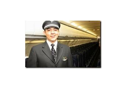 Persona de Frente posando con un traje de piloto de avion