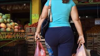 Señora buen trasero caderas compras mercado