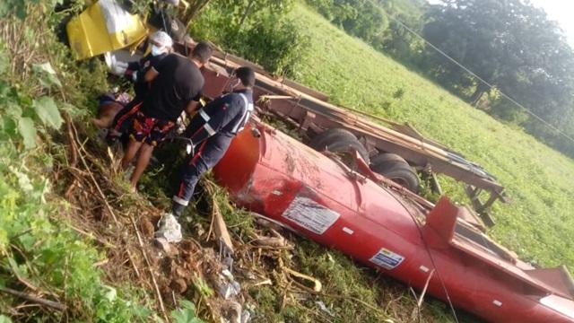 Capotamento de caminhão-pipa deixa motorista morto em área rural de Igaracy