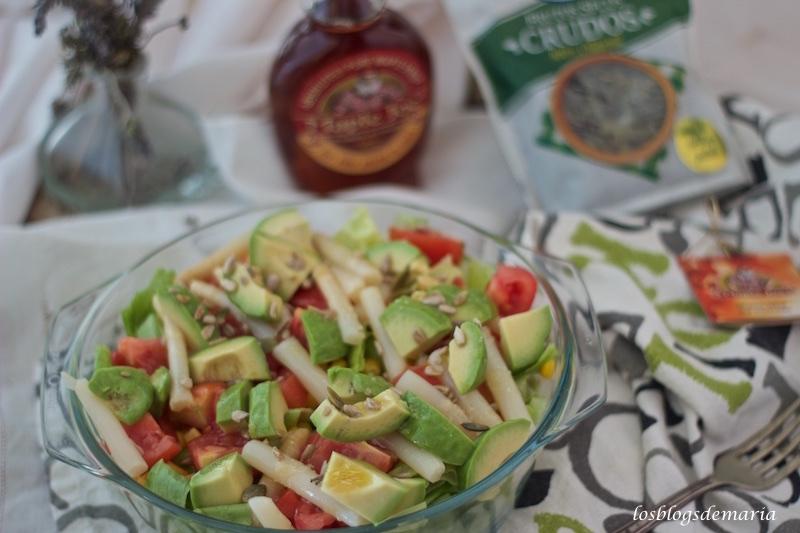 Ensalada con aguacates y frutos secos al natural con vinagreta de jarabe de arce