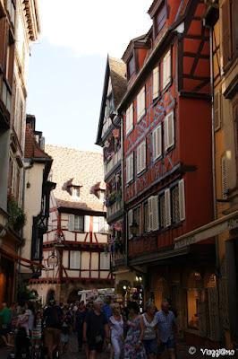 Una delle animate vie del centro storico di Colmar