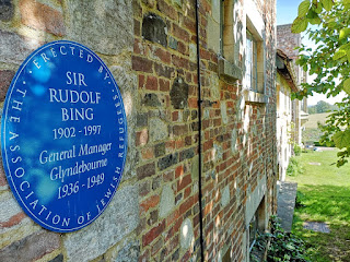 Photo of Sir Rudolf Bing blue plaque at Glyndebourne