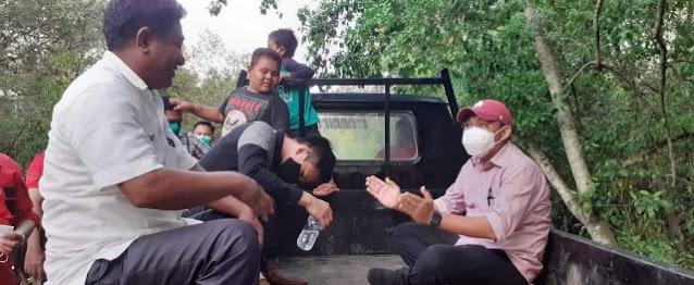 Duduk Melantai di Mobil Pick Up Bersama warga, Bupati Minut Clay Dondokambey Kunjungi Mantehage