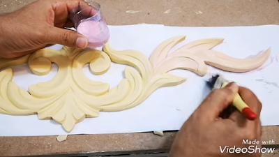دهان وحدة خشبية بلاصق الذهب المسيون بواسطة فرشاة