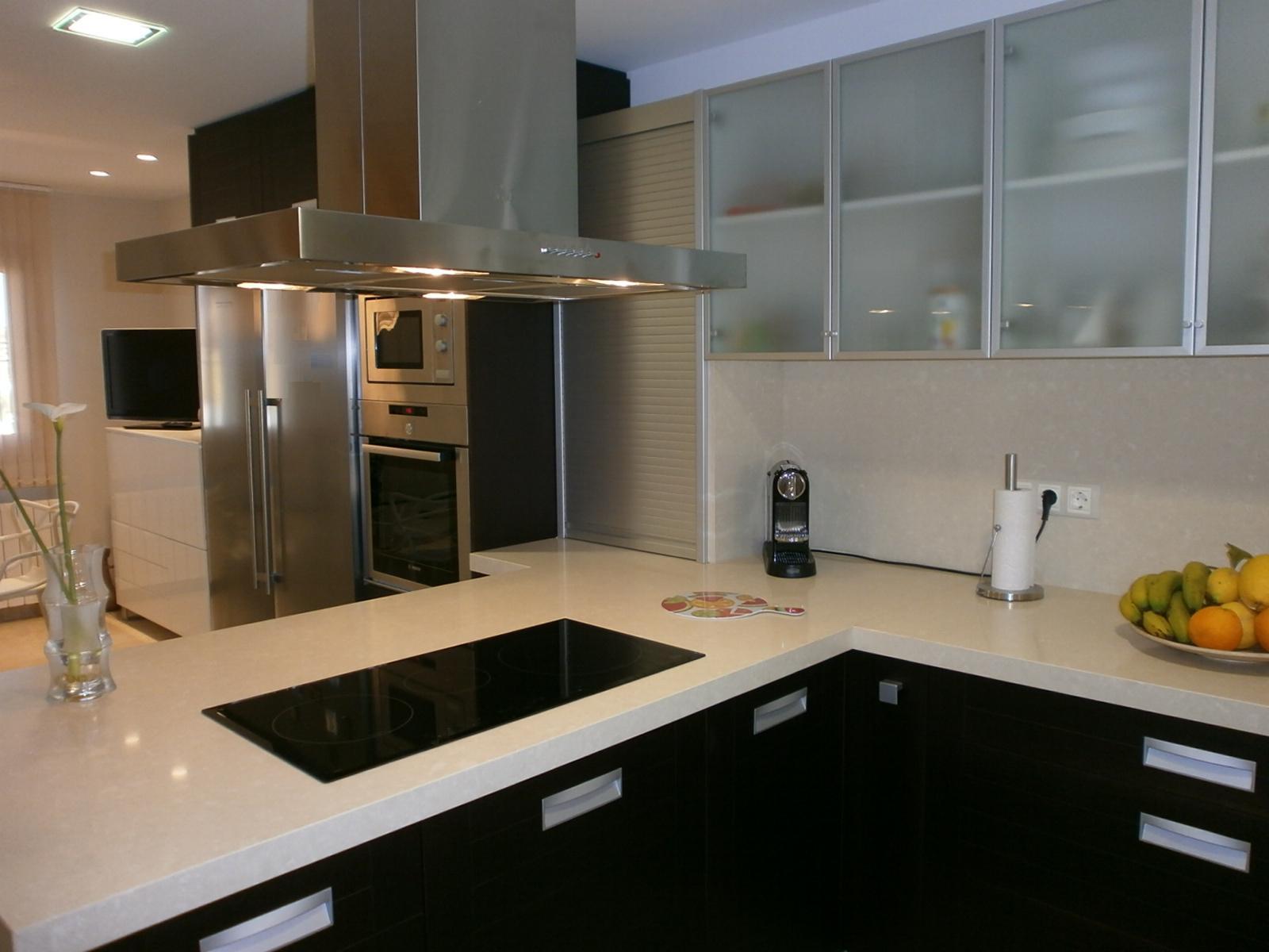 El wengu y la madera oscura en la cocina cocinas con estilo - Relojes para cocinas modernas ...