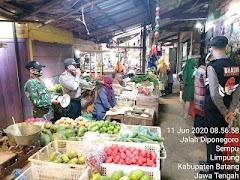 Kanit Binmas Dan Babinsa Sosialisasikan New Normal Life Kepada Pedagang Sayur Di  Pasar