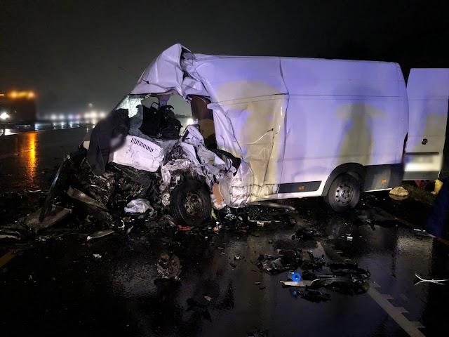 Frontálisan karambolozott két teherautó az M1-esen, mindkét sofőr meghalt