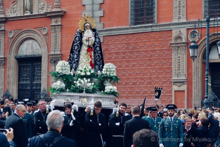 スペインのマドリードの聖週間での聖母マリア像