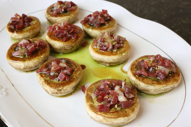 Champiñones a la plancha con jamón y salsa verde