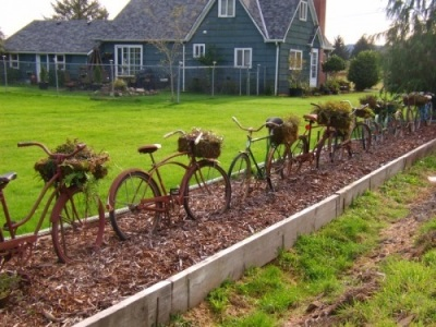 Bukan membuat pagar untuk menjaga sepeda, tapi sepeda yang dibuat jadi pagar. Terlalu lama dibiarkan kena panas dan hujan, berkarat deh sepedanya...