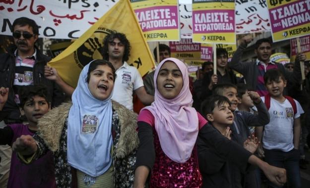 Απειλή για τη χώρα θεωρούν οι Έλληνες τους μετανάστες