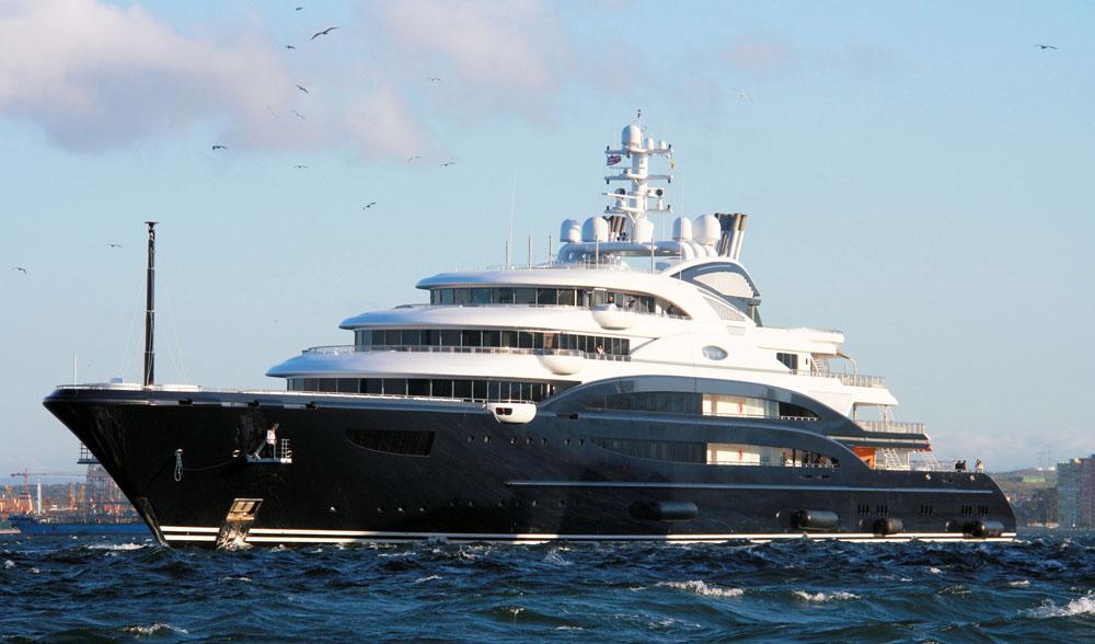 27236539f Construído pela Fincantieri Yachts, o Serene foi iniciado em 2007 e lançado  em 2010. Possui 7 pavimentos, 2 plataformas de pouso de helicópteros, ...