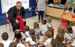 Demetrio Fernández, obispo de Córdoba, en un colegio