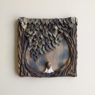 Cuadro de cerámica mujer en un bosque contemplado el horizonte